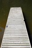Leeres hölzernes Dock auf Wasser Stockfoto