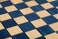 Leeres hölzernes dunkelblaues Schachbrett Stockfoto