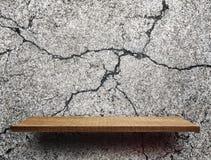 Leeres hölzernes Regal auf gebrochener Zementoberfläche lizenzfreie stockfotos