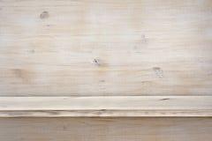Leeres hölzernes Regal auf hölzernem Beschaffenheitshintergrund Lizenzfreies Stockbild