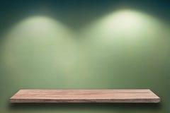 Leeres hölzernes Regal auf Wand stockfotografie