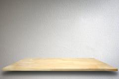 Leeres hölzernes Regal auf Zementwandhintergrund Stockbilder