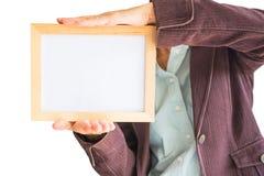 Leeres h?lzernes Foto Feld in der Hand der Frau lokalisiert auf wei?em Hintergrund Leerstelle f?r Text und Bilder stockbilder