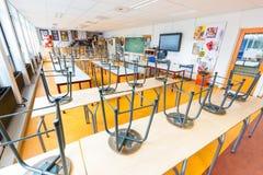 Leeres Handwerksklassenzimmer auf niederländischer Highschool stockbild