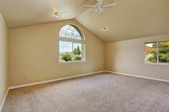 Leeres Hauptschlafzimmer mit Bogenfenster Stockfotografie