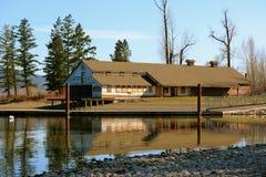Leeres Haus durch den See Lizenzfreie Stockbilder