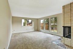 Leeres Helles Wohnzimmer Mit Kamin Lizenzfreies Stockfoto