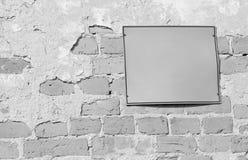 Leeres Hinweiszeichen auf alter Backsteinmauer in Schwarzweiss lizenzfreie stockfotografie