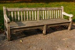 Leeres Holz des Bankparks Stockbilder