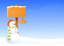 Leeres Holzschildbrett umfasst im Schnee Stockfotografie