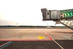 Leeres jetway, auf ein Flugzeug wartend, um auf Flughafen anzukommen Lizenzfreie Stockfotos