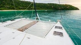 Leeres Katamaranyacht-Plattformsegeln auf dem Meer Stockbilder