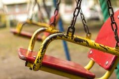 Leeres Kettenschwingen im Spielplatz Stockfoto