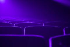 Leeres Kino mit dem hellen Fallen der Projektion in die Linse stockfotografie