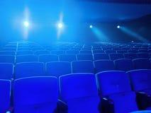 Leeres Kino mit dem hellen Fallen der Projektion in die Linse lizenzfreie stockfotografie