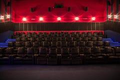 Leeres Kino, Kino mit weichen Stühlen vor der Premiere des Filmes Es gibt keine Leute im Kino Schieben des automatischen comfor lizenzfreie stockfotos