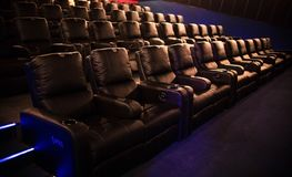 Leeres Kino, Kino mit weichen Stühlen vor der Premiere des Filmes Es gibt keine Leute im Kino Schieben des automatischen comfor stockbilder