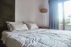 Leeres klares Schlafzimmer mit wei?em Bett und Kissen auf dem Bett stockfotos