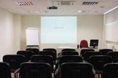 Leeres Klassenzimmer mit Projektor Stockfotografie