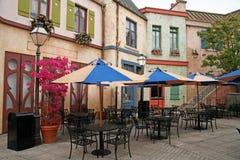 Leeres klassisches europäisches Straßencafé Stockbild