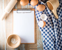 Leeres Klemmbrett mit Eiern Stockfoto