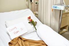 Leeres Krankenhausbett nach Wiederaufnahme Stockfotografie