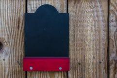 Leeres Kreidebrett auf hölzerne Verkäufe stehen mit rotem Regal für fre stockfoto