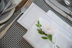 Leeres Kursmenüpapier auf der Parteitabelle verziert mit schönen Blumen lizenzfreie stockfotografie