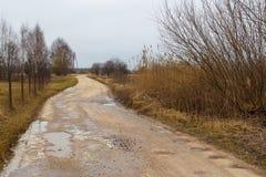 Leeres Land, Feldweg im Winter latvian stockfoto