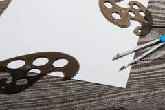 Leeres leeres Papier auf einer Holzoberfläche Kompassse und Muster Stockfotos