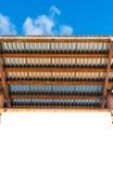 Leeres LeerraumAnschlagbrett mit Holz- und Zinkdach mit blauem s Lizenzfreie Stockfotografie