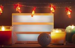 Leeres lighbox und Weihnachtsdekorationen mit Kerzen lizenzfreies stockfoto