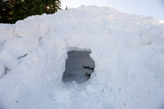 Leeres Loch im Schnee, Teil der Lawine Stockbilder