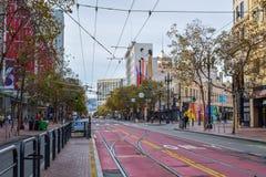 Leeres Market Street in San Francisco mit Straßenbahn-Bahnen und bunten Gebäuden lizenzfreie stockfotos