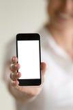 Leeres modernes Mobiltelefon in der Hand der unscharfen Frau Lizenzfreie Stockfotografie