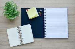 Leeres Notizbuch auf der hölzernen Tischplatteansicht Stockbilder