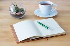 Leeres Notizbuch auf hölzernem Hintergrund Lizenzfreie Stockfotografie