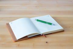 Leeres Notizbuch auf hölzernem Hintergrund Stockfoto