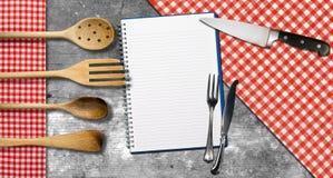 Leeres Notizbuch auf hölzernem Hintergrund stockfotos
