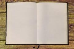 Leeres Notizbuch auf hölzernem Material Lizenzfreie Stockbilder