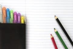 Leeres Notizbuch des Studenten mit Satz bunten Stiften und Bleistiften Lizenzfreies Stockfoto
