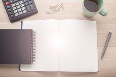 Leeres Notizbuch mit Bleistift auf hölzernem Schreibtisch stockbild