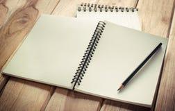 Leeres Notizbuch mit Bleistift auf Holztisch - Stillleben stockfotografie