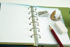 Leeres Notizbuch mit Bleistift und Radiergummi Stockfotos