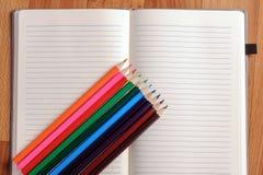 Leeres Notizbuch mit Farbbleistift getrennte alte Bücher Lizenzfreie Stockfotografie
