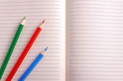 Leeres Notizbuch mit Farbbleistift getrennte alte Bücher Lizenzfreies Stockfoto