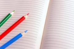 Leeres Notizbuch mit Farbbleistift getrennte alte Bücher Stockbild