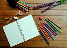Leeres Notizbuch mit farbigen Bleistiften Stockfotos
