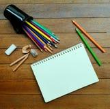 Leeres Notizbuch mit farbigen Bleistiften Stockbild