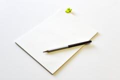 Leeres Notizbuch mit gelbem Klemmbrett und Bleistift Lizenzfreie Stockbilder
